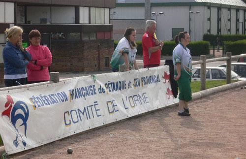 Marcel Tartary derrière la banderolle de la FFPJP et du comité de l'Orne