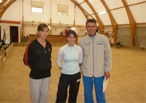 Jennifer et Candy avec Claude Guidec, éducateur pétanque FFPJP