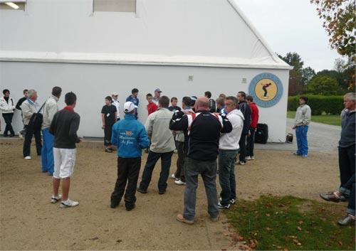 Les jeunes réunis devant le boulodrome couvert de la pétanque lanestérienne