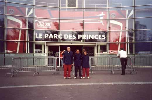 Nos champions devant le stade du PSG