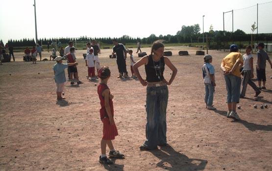 Les jeunes jouent des parties de pétanque