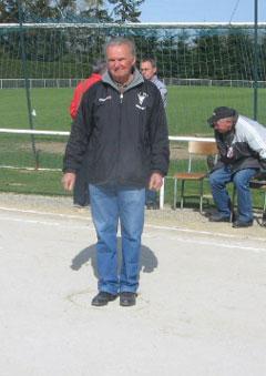 Marcel NAYS lance le but du championnat de petanque 2006
