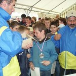 Médailles de pétanque pour les jeunes lors du stage départemental FFPJP à Locmiquélic