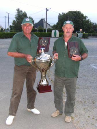 Jacky Courset et André Perrot portent le trophée du challenge vétéran de pétanque