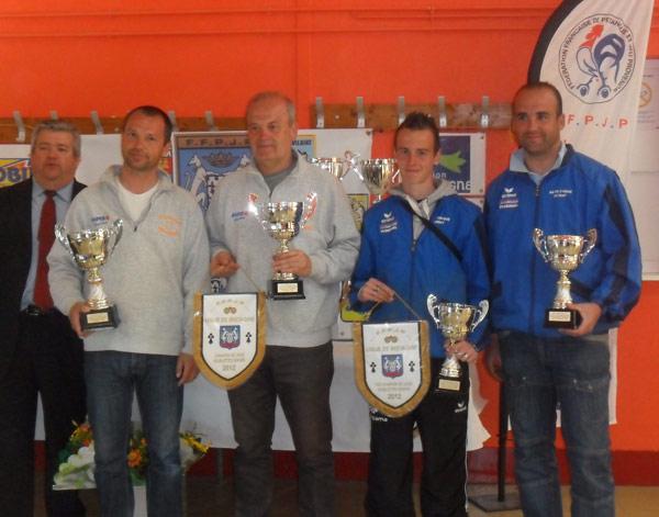 Récompenses du championnat de ligue doublette pétanque à Ploudaniel
