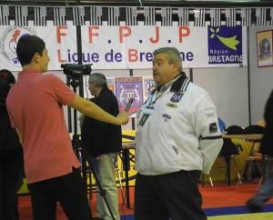 Gérard Chevalier répondant à une interview sur la foire de Rennes