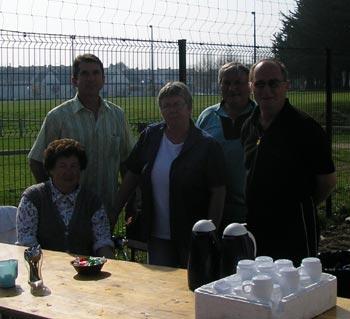 Alain Checco et les bénévoles du club de pétanque de Quéven