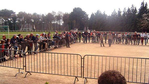 Les spectateurs autour du carré d'honneur à Luscanen