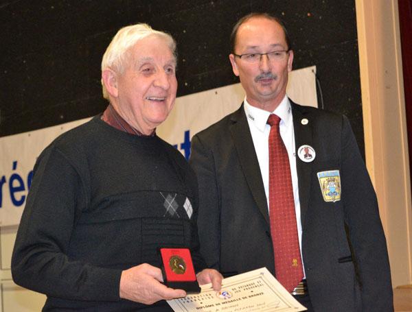 La FFPJP remettait sa medaille au benevole plouaysien