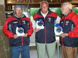 Les champions vétérans 2005 avec les trophées