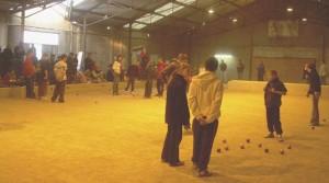 Parties de pétanque entre jeunes dans la salle du Penhers à Lanester