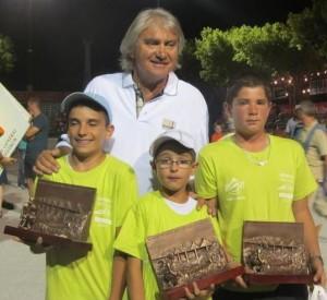 Le champion de pétanque Marco Foyot avec les vainqueurs du mondial cadet