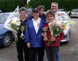 Yvette Raynal de la ligue de Bretagne de pétanque avec les vainqueurs
